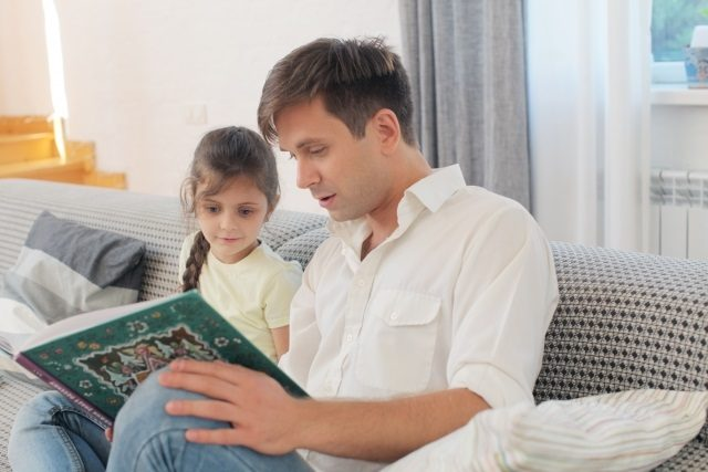 園児の英語学習絵本を使う