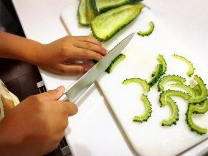 包丁を使う子ども