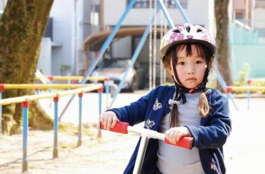 子供がキックボードに乗るときはヘルメットを着用する